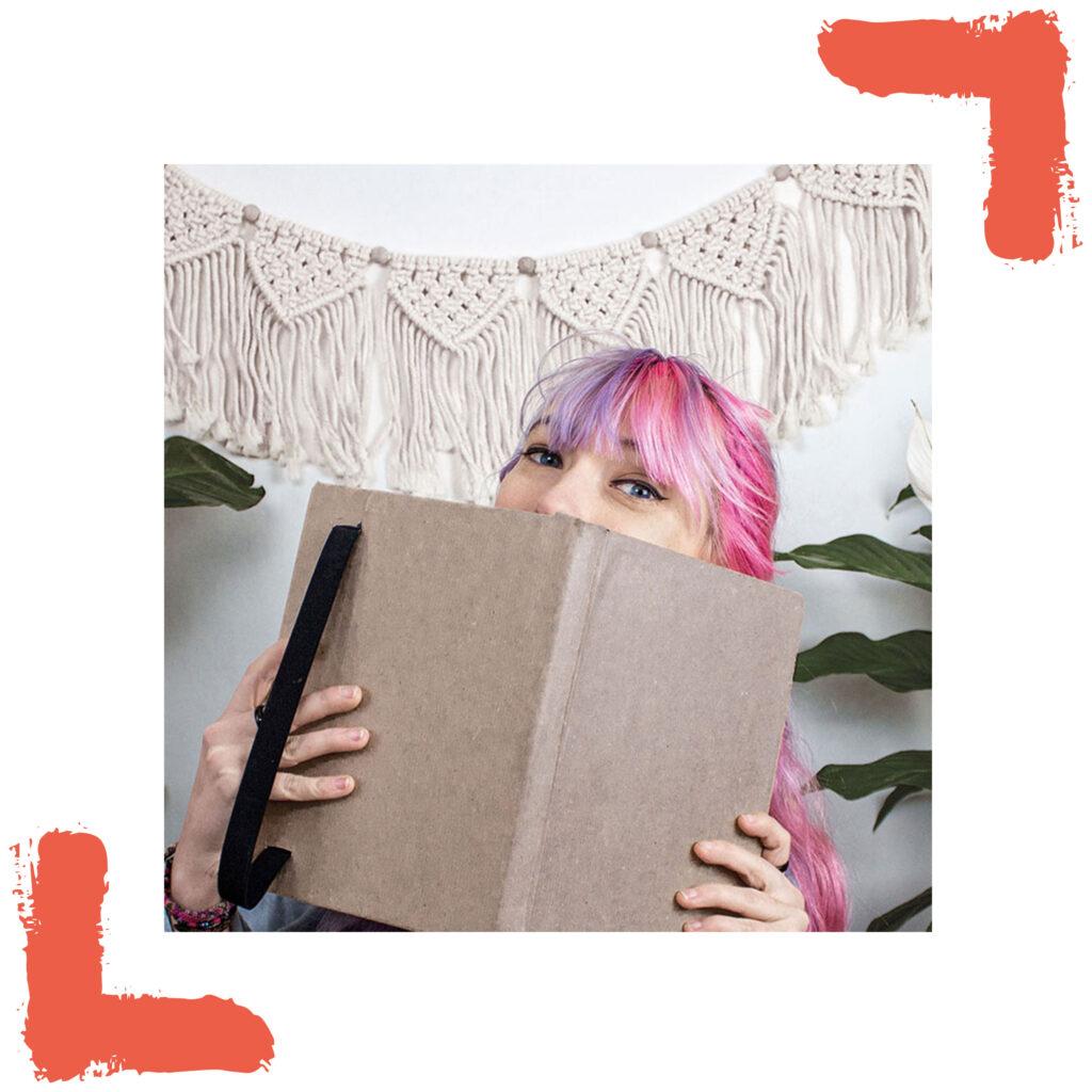 Jasmin hinter Buch hervorschauen pinselstrichrahmen
