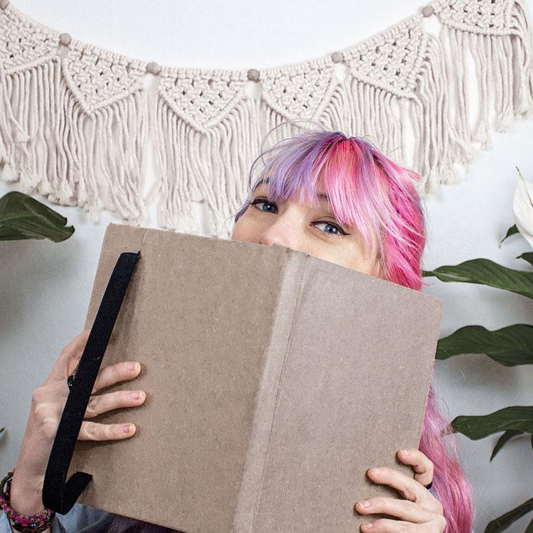 Jasmin hinter Buch hervorschauen